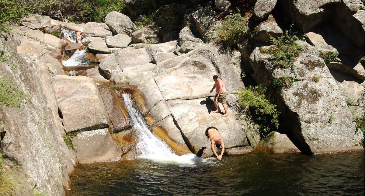 Al visitar La Cumbrecita, hay muchos rios y arroyos, con cascadas de agua cristalina y ollas donde refrescarse, o simplemente gozar del ruido del agua que desciende de la montaña...